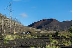 Campground κοντά στα υπολείμματα ενός ελικοπτέρου που ρίχνεται και που θάβεται στην έκρηξη του ηφαιστείου Tolbachik, Kamchatka Στοκ Εικόνες