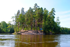 Campground στις ακτές του ποταμού Στοκ φωτογραφίες με δικαίωμα ελεύθερης χρήσης