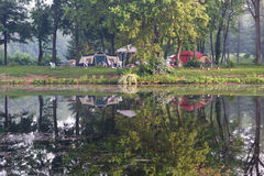 Campground pelo lago Foto de Stock