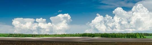 Campi agricoli Paesaggio con un campo arato Fotografie Stock Libere da Diritti