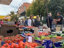Campi Bisenzio, Toscana, Italia La calle central de Campi Bisenzio, mercado tradicional de sábado fotos de archivo