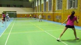 Campi da badmintoni con la concorrenza dei giocatori video d archivio