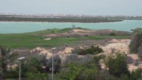 Campi da golf dal mare sull'isola di Yas in video del metraggio delle azione di Abu Dhabi archivi video