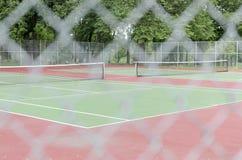 Campi da tennis vuoti con il recinto Defocused Immagini Stock