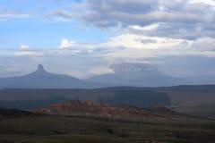 Campi di erba e dietro le montagne Fotografia Stock
