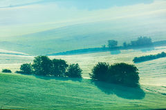 Campi di rotolamento di Moravian in foschia di mattina fotografie stock libere da diritti