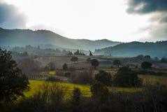 Campi e pendii di collina vicino a Monze, Corbières, Francia Fotografie Stock