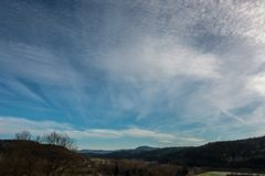 Campi, prati, foreste e nuvole bianche nel cielo blu Immagini Stock Libere da Diritti