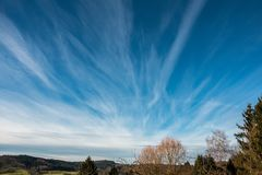 Campi, prati, foreste e nuvole bianche nel cielo blu Fotografie Stock