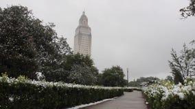 Campidoglio del centro dello stato di Baton Rouge di giorno della neve stock footage