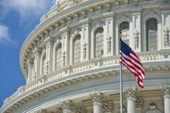 Campidoglio del Washington DC sul fondo profondo del cielo blu fotografie stock libere da diritti