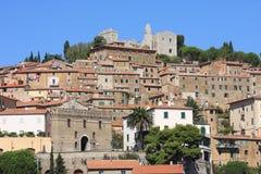 Campiglia Marittima和废墟,意大利 图库摄影