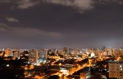 Campinas på natten från över, i Brasilien Arkivfoto