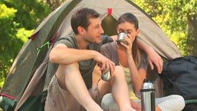 Camping affectueux de couples dans le côté de pays banque de vidéos