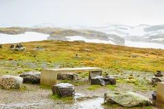 Camping avec la table de pique-nique en montagnes norvégiennes Image libre de droits