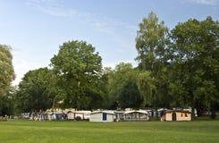 Camping bajo árboles verdes Imágenes de archivo libres de regalías