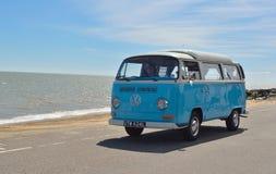 Camping-car bleu et blanc classique de Volkswagen image stock