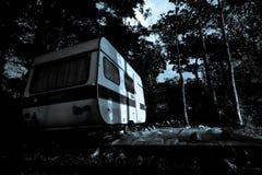 Camping-car de vintage - fond pour une scène d'horreur photos stock