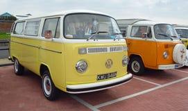 Camping-car jaune et blanc classique Volkswagen Images stock