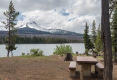 Camping con la montaña y el lago Foto de archivo