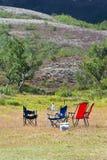 Camping con las campo-sillas y la tabla foto de archivo libre de regalías