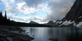 Camping d'arrière-pays de côté de lac de montagne rocheuse Photo libre de droits