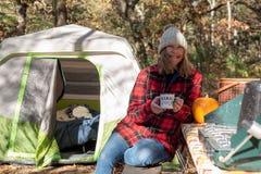 Camping de chute avec du café dans le matin images stock