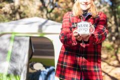 Camping de chute avec la tasse de café dans le matin photo libre de droits