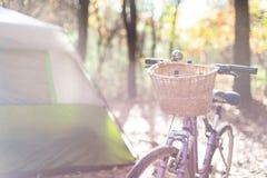 Camping de chute avec les vélos et la tente image stock