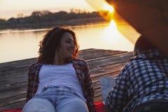 Camping de couples photographie stock libre de droits