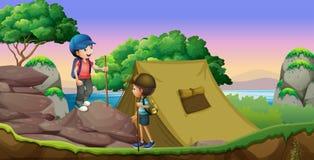 Camping de dos niños por el lago Fotografía de archivo libre de regalías