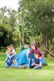 Camping de famille en parc Photos stock