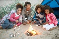 Camping de famille sur la plage et les guimauves de grillage Image stock