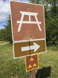 Camping de groupe et signe d'aire de pique-nique Photographie stock libre de droits