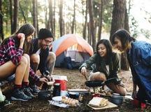 Camping de randonneur augmentant le concept de voyage de voyage de voyage images stock