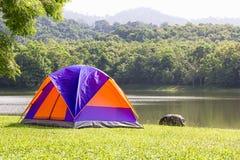 Camping de tente de dôme sur le côté de lac Photos stock