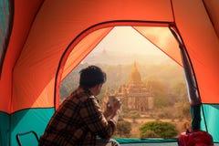 Camping de voyageur et détendre le stupa de observation image stock