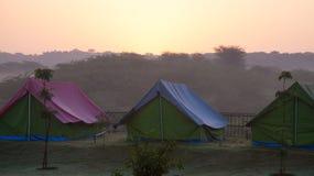 Camping durante la rotura del día foto de archivo