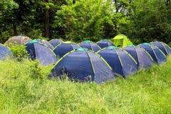 Camping en el bosque de la mañana imagen de archivo