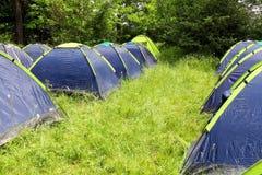 Camping en el bosque de la mañana fotografía de archivo