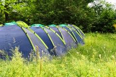 Camping en el bosque de la mañana fotos de archivo