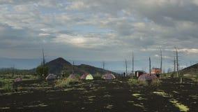 Camping en el helicóptero del estacionamiento en bosque muerto metrajes