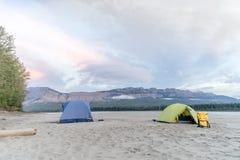 Camping en el río de Liard Fotografía de archivo libre de regalías