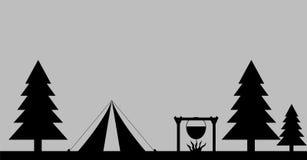 Camping en Forest Silhouette Logo Foto de archivo libre de regalías