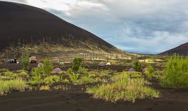 Camping en la madera muerta - consecuencia de un lanzamiento catastrófico de la ceniza durante la erupción del volcán en 1975 Tol foto de archivo