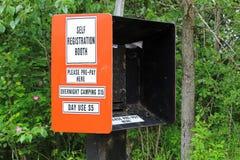 Camping et boîte d'enregistrement d'individu d'utilisation de jour photo stock
