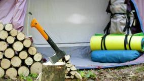 Camping, hacha, resbalador de la cámara almacen de metraje de vídeo