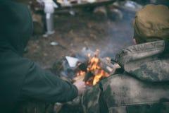 camping het koken op een kampvuur in openlucht royalty-vrije stock foto's