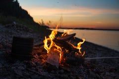camping het koken op een kampvuur in openlucht stock foto