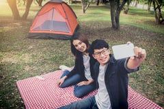 Camping heureux de couples sur la nature, prenant un selfie tiré du smil Photographie stock libre de droits